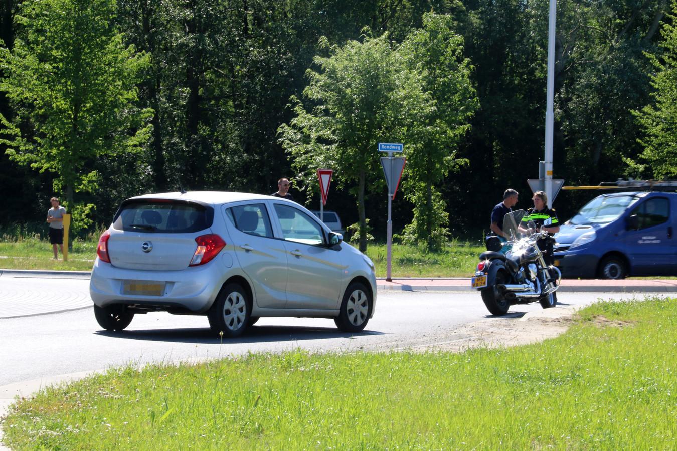 Op de Hambroekweg in Borculo is zaterdagochtend een motorrijder gewond geraakt.