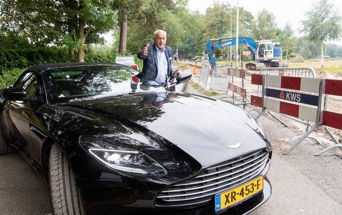 """Ton Hekman kan met zijn Aston Martin zijn landgoed niet meer af, alleen via een zandpad vol gaten """"Dat kan helemaal niet."""""""