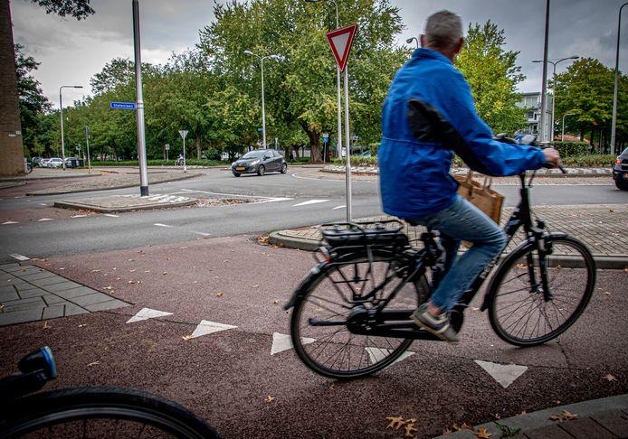 Op rotondes zoals deze nabij de Westermarkt krijgen fietsers in de toekomst voorrang als het aan de gemeente ligt. Nu hebben auto's er voorrang.