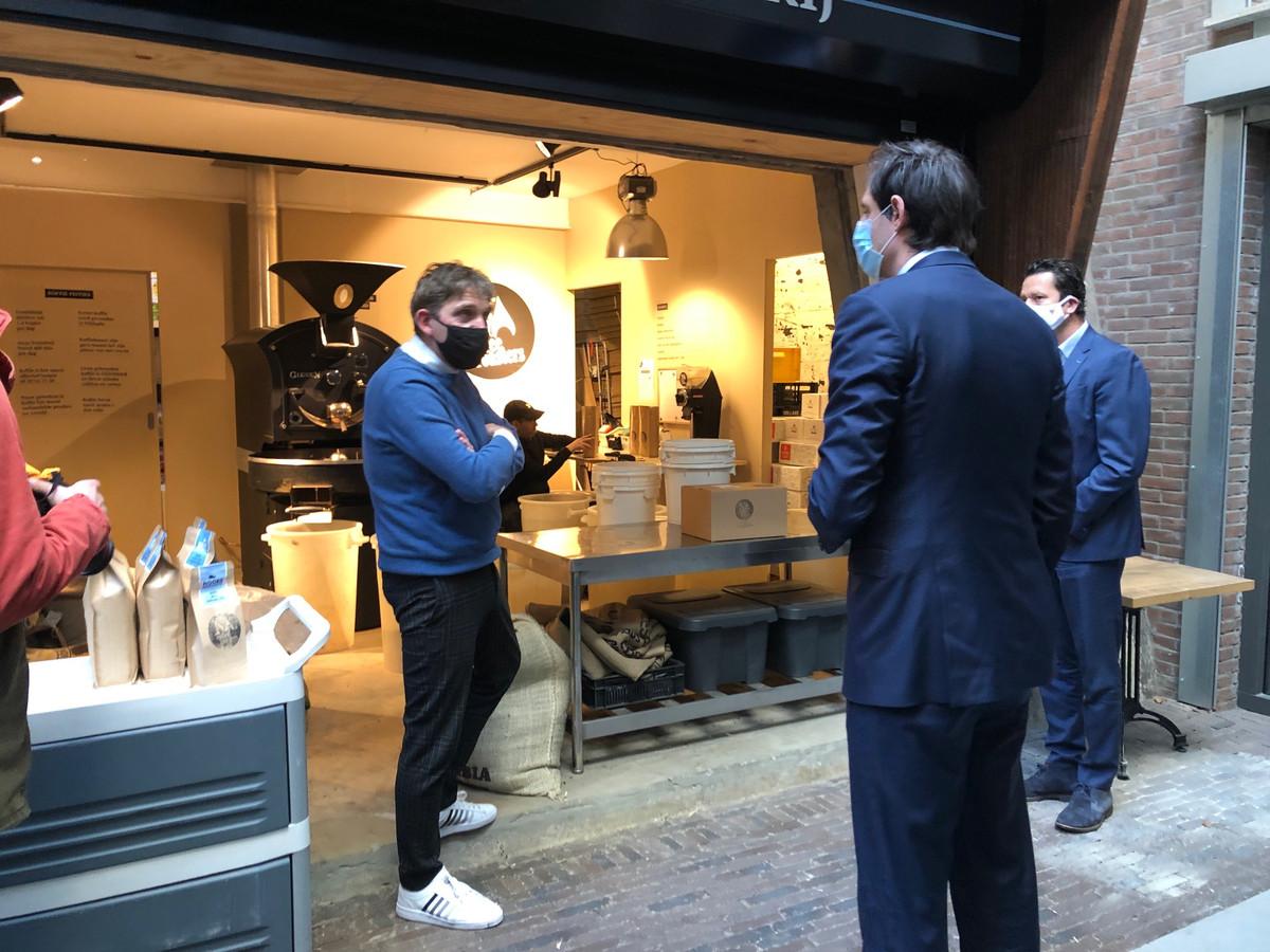 Wopke Hoekstra doet koffiebranderij Noord Coffee Roaster aan.