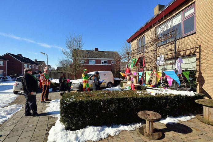 In Grasduinersdurp (Zegge) werden prijzen uitgereikt aan inwoners die hun gevel carnavalesk hadden versierd.