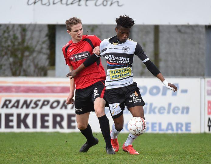 Cédric Mitu(r.) in het shirt van Eendracht Aalst, wordt volgend seizoen ploegmaat van Rens Verhooghe (l.).