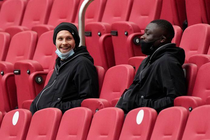 Daley Blind en Brian Brobbey op de tribune bij Ajax - FC Groningen.