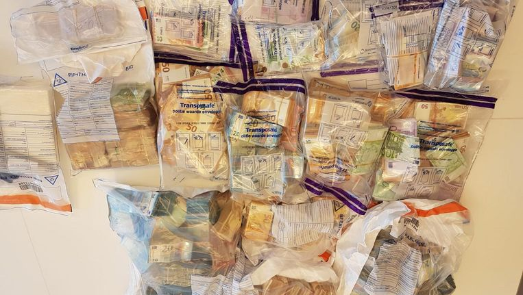 In een woning in Amsterdam-Zuid werd anderhalf miljoen euro gevonden Beeld Het Parool