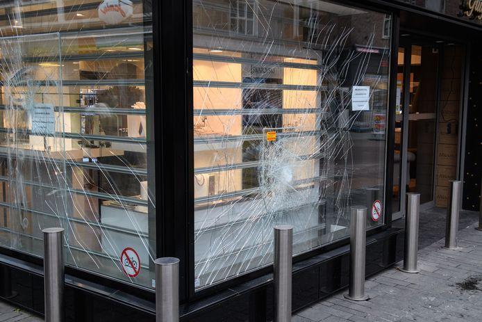Bij juwelier Gruyters aan Het Van Loenshof werden de ruiten ingeslagen tijdens rellen die uitbraken bij de invoering van de avondklok.