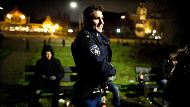 Een wijkagent op ronde. Beeld anp