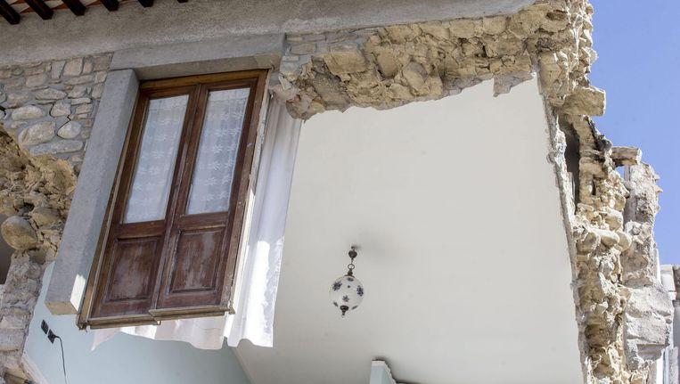 De muren van deze woning waren niet bestand tegen de aardbeving. Beeld EPA