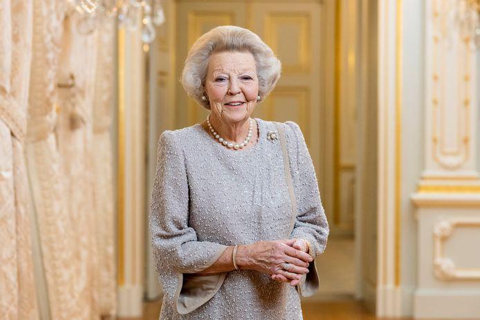 De nieuwe foto van prinses Beatrix, vrijgegeven door de Rijksvoorlichtingsdienst.
