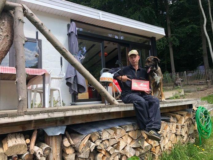 Joost Van Hyfte op het terras van zijn huisje in le Pays des Collines. De perfecte plek voor een spelletje 'Mens erger je niet'.