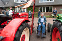 Joop Tondeur krijgt bezoek van zijn oude traktor.