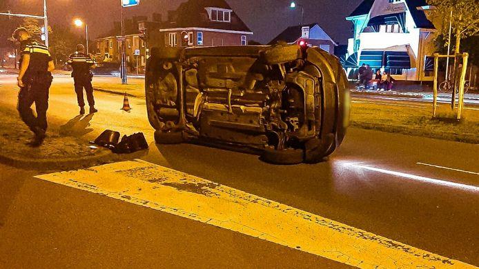 De auto is op de kant beland als gevolg van een botsing met een verkeerslicht.