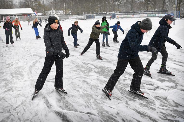 Overal in het land zijn vrijwilligers druk in de weer om ijsbanen gereed te maken voor schaatsliefhebbers.  Beeld Marcel van den Bergh / de Volkskrant