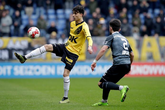 Yassine Azzagari controleert de bal.