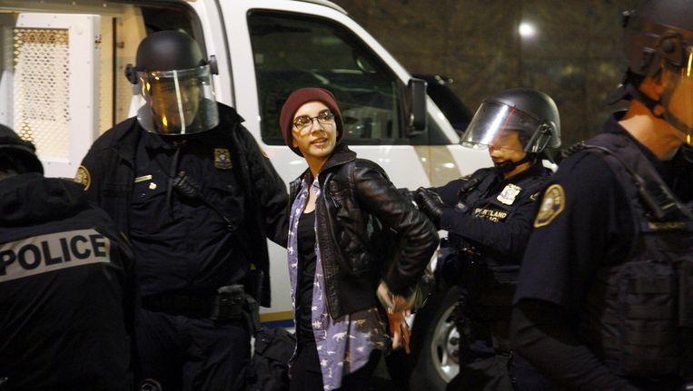 Een demonstrant wordt opgepakt in Portland, Oregon. Beeld REUTERS