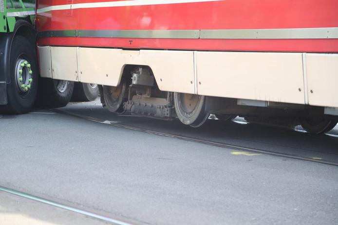 De wielen van de tram kwamen door de botsing los van de rails