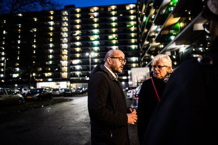 Burgemeester Ahmed Marcouch praatte vlak na de brand, ruim een jaar geleden in de flat aan het Gelderseplein in Immerloo II met bewoners. Immerloo II behoort tot de buurten waar een buurtconciërge gaat toezien op de leefbaarheid.
