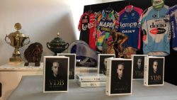 """C'est pour le vélo qu'un beau jour tu es né"", Wannes Cappelle pakt op boekvoorstelling VDB uit met tweetalige versie van iconisch wielerlied"