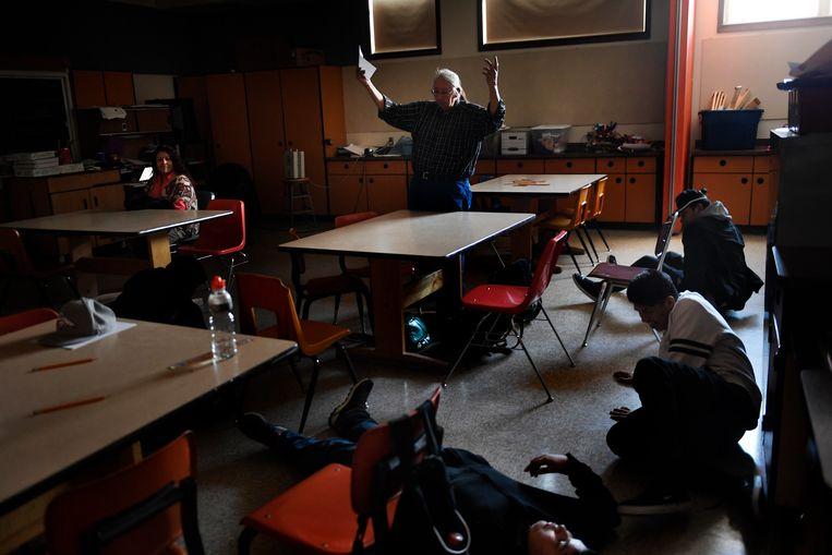 Een leraar gebruikt een methode uit de jaren zestig, Total Physical Response, tijdens zijn les in Arapho: 'Ga op de vloer zitten, kom omhoog van de vloer.' Beeld Denver Post via Getty Images
