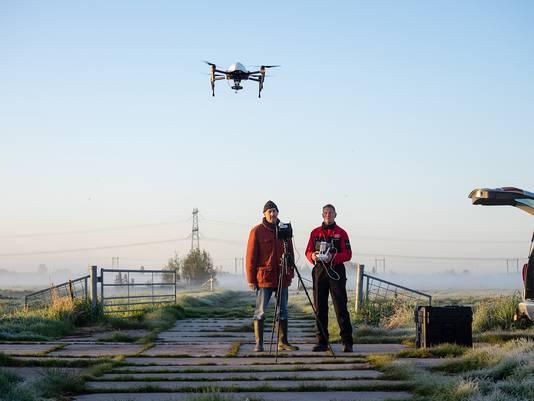 Anton de Wit (r.) en Folkert van der Werf, in alle vroegte met de drone actief in het Groene Hart.