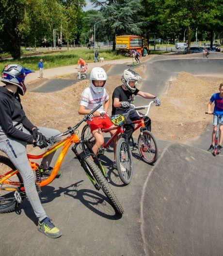 Pumptrack in Wijchen is een instant succes: 'Je gaat er vanaf en je wilt gelijk nog een keer'