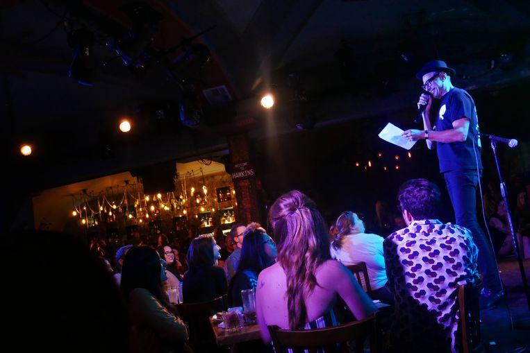 Af en toe stapt Goldblum tijdens de show naar voren, en grijpt hij naar een blad quizvragen die een bandlid heeft voorbereid. Beeld Robin Broos