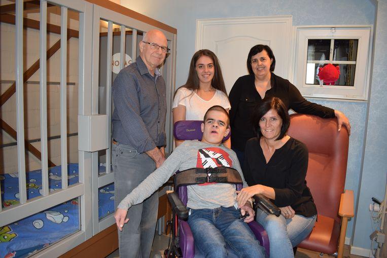 Pépé José, kleinkinderen Lieselothe en Thomas, mama Martine en meter Bianca Colpaert in de kamer van Thomas.
