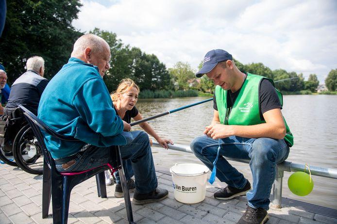 Egbert van der Ziel, dagopvangcoördinator Anne Broos en begeleider Nick Veneman (van linksaf), bij de officiële ingebruikname van het plateau voor mindervalide vissers in Wierden.