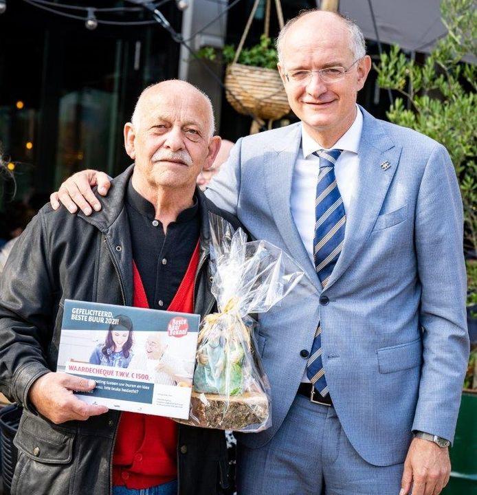 Hein Talman uit Enschede met burgemeester Onno van Veldhuizen.