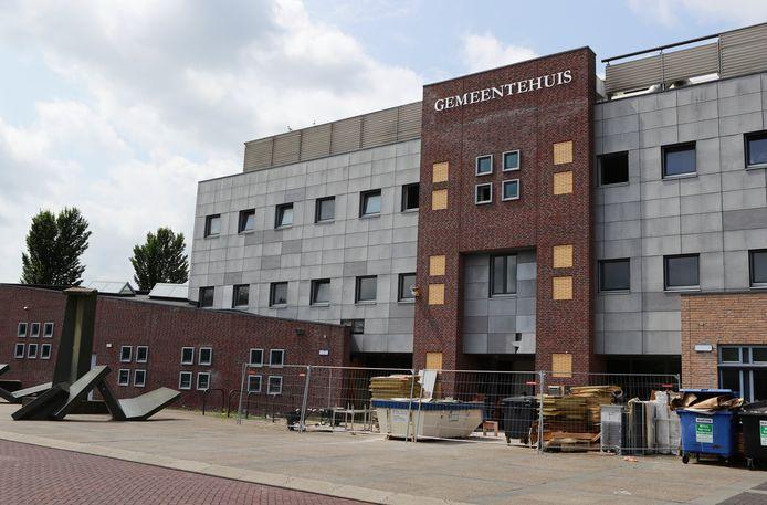 Het voormalige gemeentehuis van Werkendam aan het Raadhuisplein. Er komen veertig woningen in.