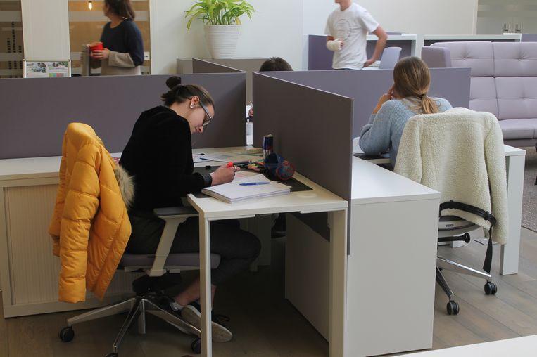 Studenten krijgen alle faciliteiten ter beschikking in coworkingplek Regus.