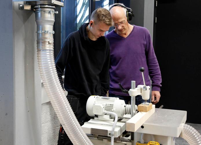 Houtbewerking in centrum Toptechniek, frezen door leerling Robin Willems (links) en leraar Jeroen Oostdam