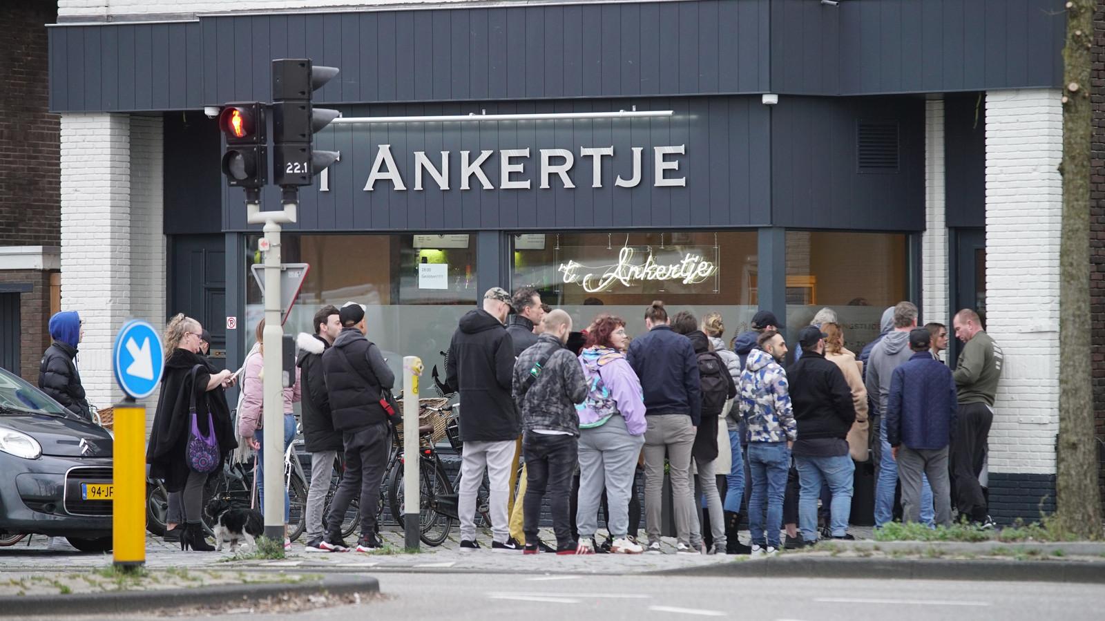 Drukte bij coffeeshop 't Ankertje in Deventer.
