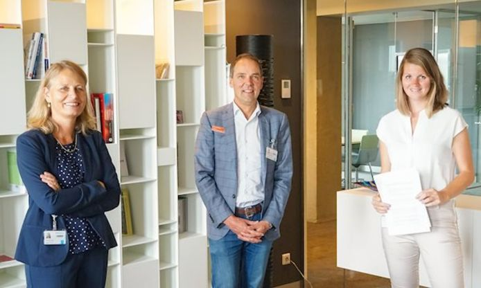 Vlnr: Bertine Lahuis (bestuursvoorzitter Radboudumc), Kees Noordam (Amalia kinderziekenhuis) en Milou van Ingen (Stichting Vrienden Sengerema Hospital).