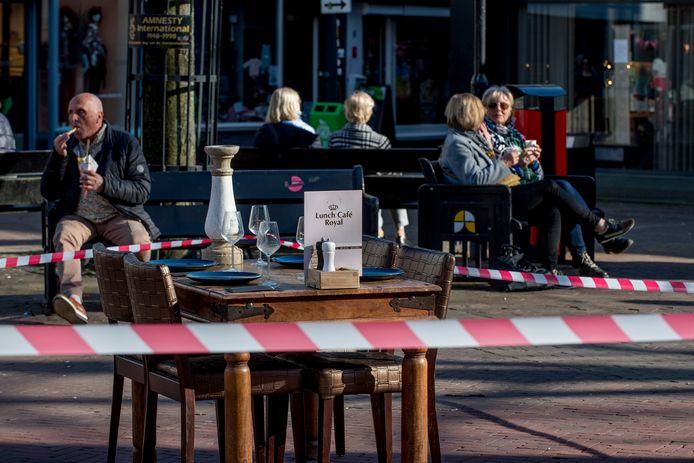 Een 'ludieke actie' op de Markt in Tiel in het kader van het horecaprotest: ondernemers dekten tafels, maar niemand die eraan mocht zitten. Ook Lunch Café Royal deed mee aan de actie; terwijl op de achtergrond mensen met hun frietje of kopje koffie aangewezen zijn op het straatmeubilair.
