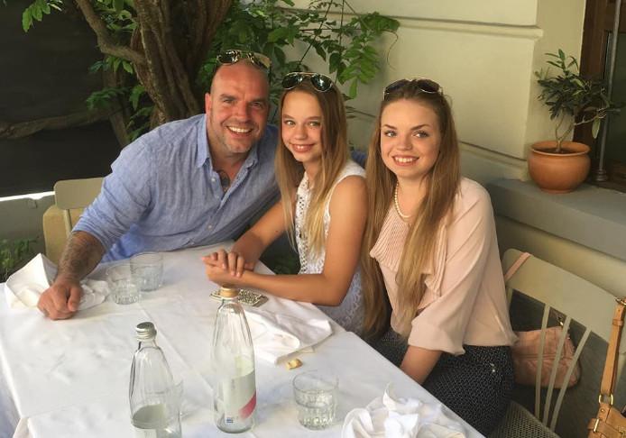 Andy van der Meijde met zijn dochters Purple en Isabella tijdens de familiereünie in mei 2017.