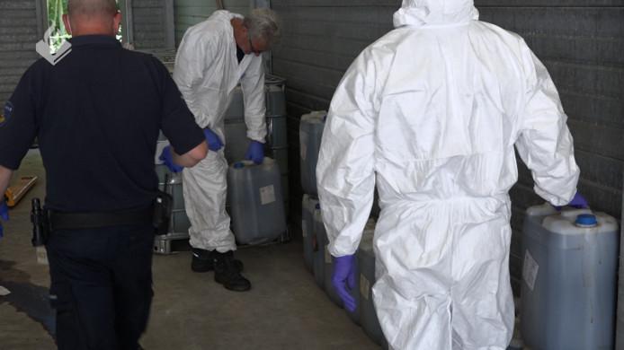 Vaten in achtergelaten busje op A2 bij Liempde zaten vol met drugsafval