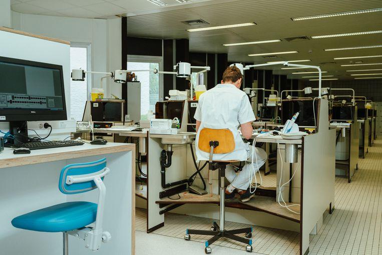 Aan de Gentse universiteit is een labo maar voor de helft gerenoveerd. Nieuwe meubels en een strakke witte vloer aan de ene kant, versleten bureaus en oude tegels aan de andere. Geld voor een volledige renovatie was er niet. Beeld Illias Teirlinck