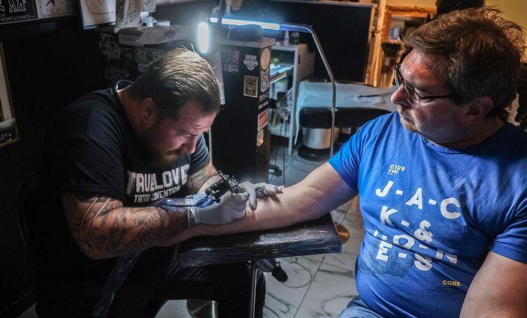 Franky Samyn was woensdagavond de eerste om zo'n tattoo te laten zetten.