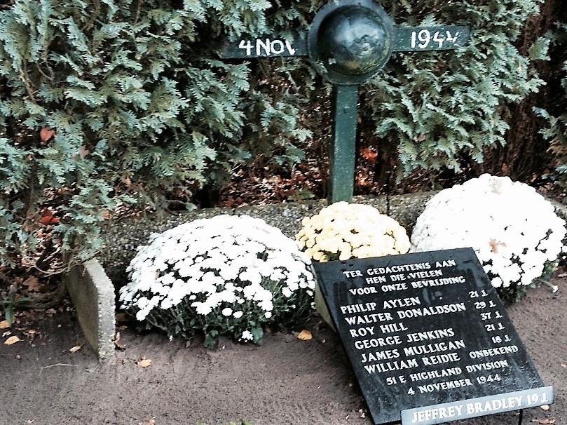 De namen en leeftijden, op het oorlogsmonument op de Distelberg in Helvoirt,  van de zeven Schotse bevrijders die in 1944  in de nabijheid hun leven lieten.