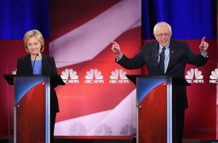 Bernie Sanders wees subtiel op de honderdduizenden dollars die Clinton voor lezingen heeft gekregen van de zorgsector. Beeld afp