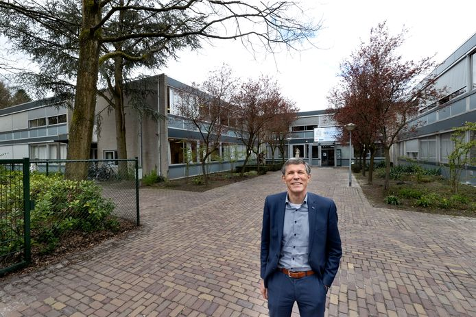 Directeur Peter van den Eijnde voor het huidige gebouw van het Sint-Joriscollege in Eindhoven
