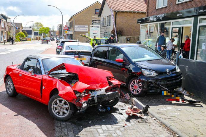 Door een nog onbekende oorzaak botste vanmiddag een rode cabrio op vier geparkeerde auto's in Loenen.