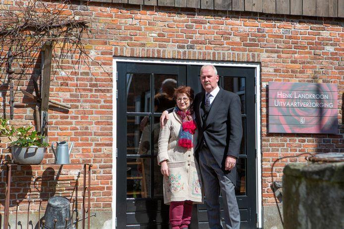 Joke Leerink en Henk Landkroon voor de oude bakschuur bij hun woning.