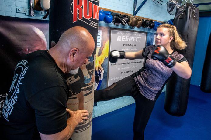 Romy van Gemert gaat lekker los op de bokszak van kickbokstrainer Joop Ubeda. Kickboksen is voor haar een uitlaatklep na een donkere periode in haar leven.