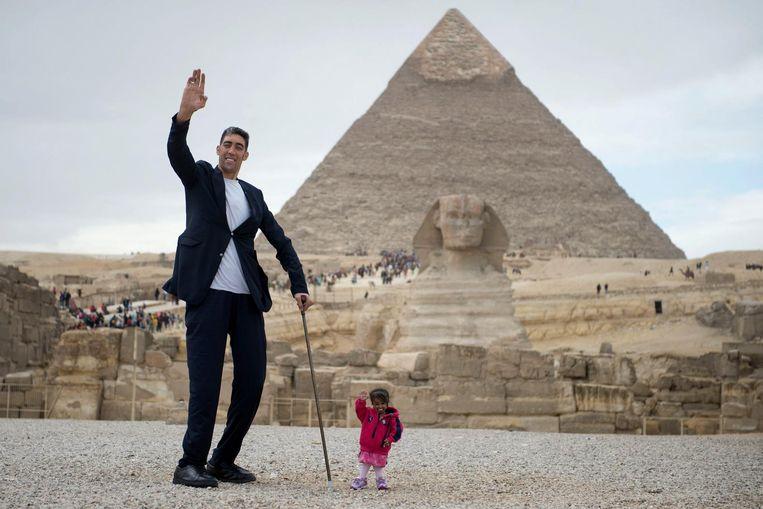 De langste man ter wereld, Sultan Kosen, samen met de korste vrouw ter wereld, Jyoti Amge. Beeld null