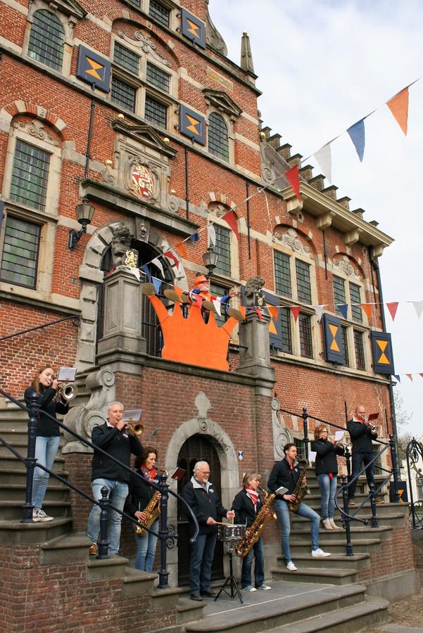 Aubade door leden van muziekvereniging Determinato op de trappen van het stadhuis uit 1621.