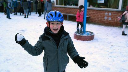 Kindjes spelen vrolijk in sneeuw terwijl fietsers en voetgangers rijbaan moeten gebruiken