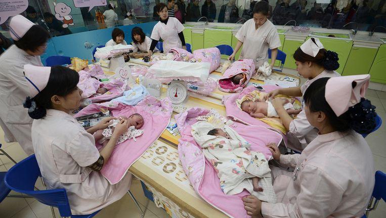 Verpleegkundigen verrichten de dagelijkse babykeuring in een ziekenhuis in Taiyuan (provincie Shanxi). Beeld Reuters