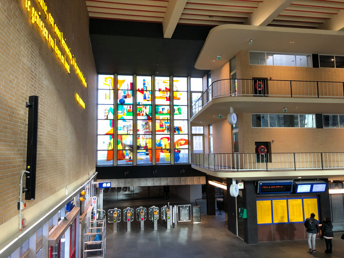 Het glaskunstwerk van Lex Horn in de stationshal in Eindhoven is gerestaureerd.