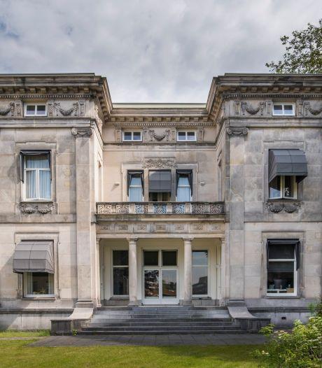 Binnenkijken in deze grote grijze villa aan de Hengelosestraat: 'Het plafond was paars, de wanden blauw'